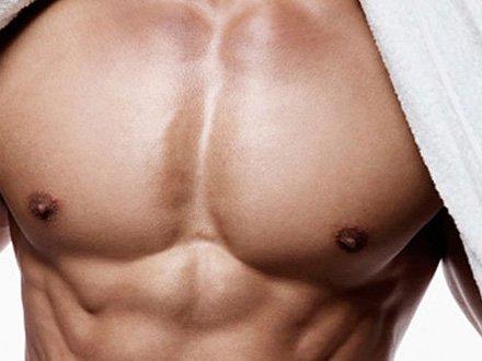 El aumento de los músculos del pecho del ejercicio